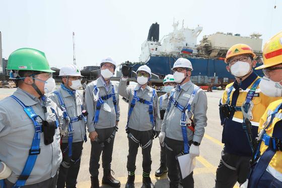 권오갑 현대중공업지주 회장(왼쪽 네번째)이 8일 현대중공업 울산 본사를 찾아 선박건조 현장을 둘러보며 근로자 안전을 점검했다. 사진 현대중공업