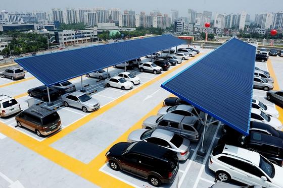 롯데마트 평택점 주차장에 설치된 태양광 발전설비. 롯데마트는 이런 설비를 갖춘 점포를 현재 39 개점에서 2021년 60개 점으로 늘릴 예정이다. 사진 롯데쇼핑