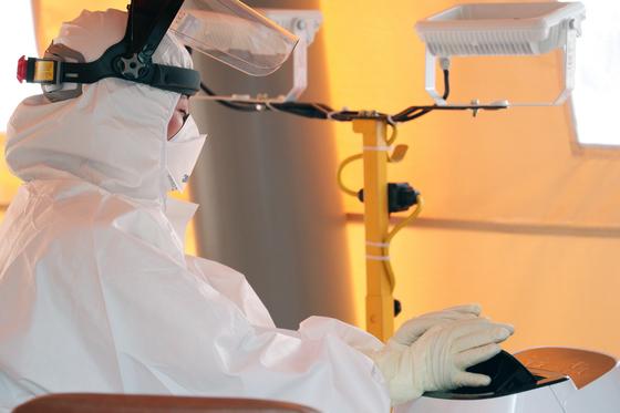 7일 오후 서울 양천구 보건소 선별진료소에서 의료진이 더위를 식히고 있다. 뉴스1