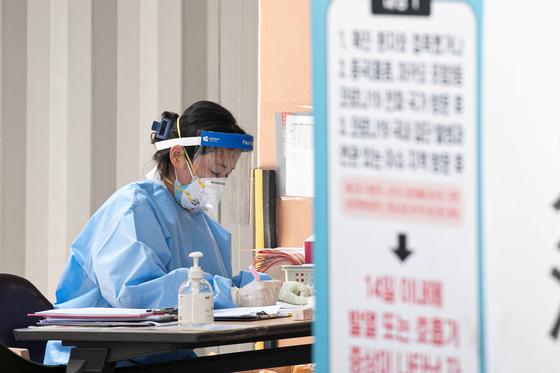 8일 서울 관악구 보건소에서 의료진이 업무를 보고 있다. 뉴스1