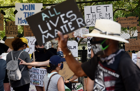 5월 7일(현지시간) 시위대가 미국 수도 워싱턴DC에서 피켓을 들고 시위에 참여하고 있다. AFP=연합뉴스
