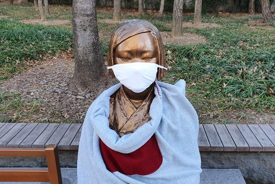 대구시 중구 문화동에 있는 평화의 소녀상에 마스크가 씌워져 있다. 연합뉴스