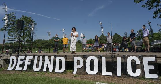 7일(현지시간) 미니애폴리스의 한 공원에서 알론드라 카노 시의원이 '미니애폴리스 경찰청 해체' 발언을 하고 있다. AP=연합뉴스
