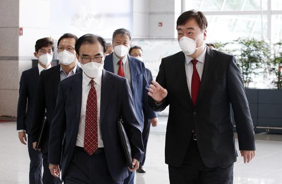 이성호 외교부 경제외교조정관(왼쪽)과 싱하이밍 주한중국대사. 뉴스1
