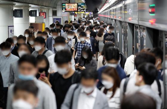8일 오전 서울 종로구 지하철 5호선 광화문역에서 출근길 시민들이 발걸음을 재촉하고 있다. 뉴스1