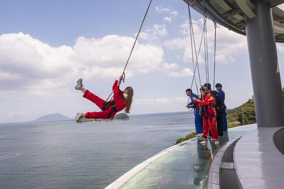 경남 남해의 새로운 아이콘으로 떠오른 보물섬전망대. 몸에 밧줄을 메고 바다 쪽으로 폴짝 뛰어볼 수 있다. [사진 한국관광공사]