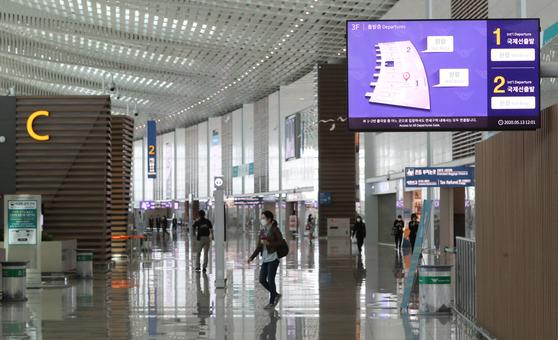 신종 코로나바이러스 감염증(코로나19) 확산세가 지속하고 있는 가운데 인천공항 제2여객터미널 출국장이 한적한 모습을 보이고 있다. 뉴스1