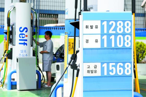 전국 주유소 휘발유 가격이 2주 연속 상승했다. 오피넷에 따르면 6월 첫째 주 휘발유 판매 가격은 전주보다 17.5원 상승한 ℓ당 1276.1원이었다. [연합뉴스]