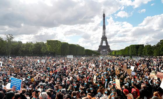 프랑스 파리 에펠탑 인근에서 6일(현지시간) 인종차별에 반대하는 시민들이 '우리에게 숨을 쉬게 하라'며 집회를 하고 있다. [AFP=연합뉴스]
