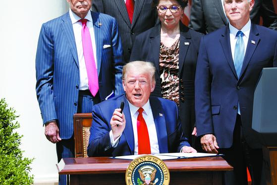 도널드 트럼프 미 대통령이 최근 개선된 일자리 지표에 관해 설명하고 있다. [로이터=연합]