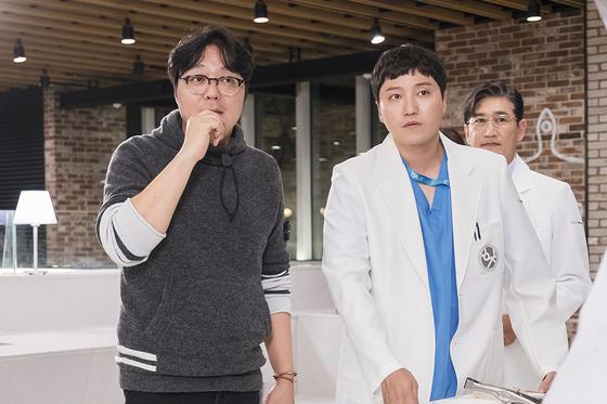 '슬기로운 의사생활'의 신원호 PD와 양석형 역의 김대명, 병원장 역의 조승연 배우. [사진 CJ ENM]