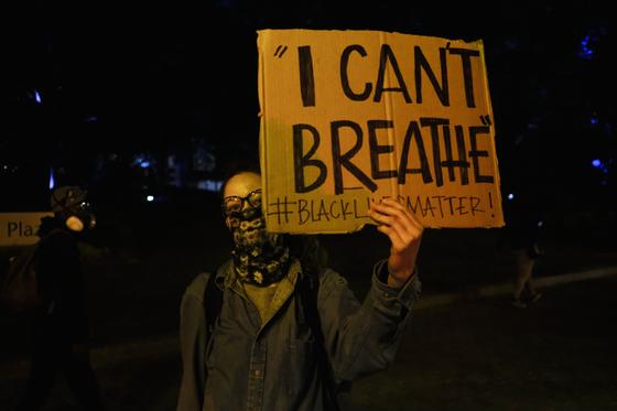 미국 오하이오주에서 인종차별에 반대하는 시위자가 항의 피켓을 들었다. 사진 AFP=연합뉴스.