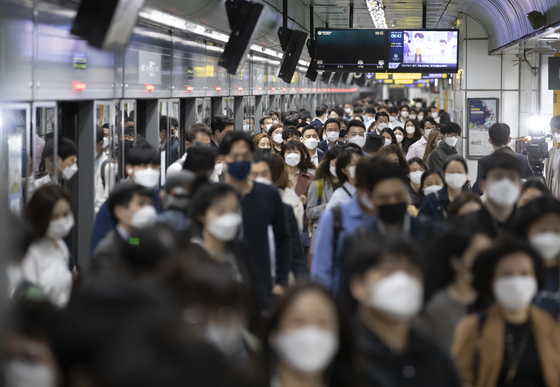 생활 속 거리두기 방안이 실시된 13일 오전 서울 광화문역에서 시민들이 마스크를 착용한 채 역을 나서고 있다.  [연합뉴스]