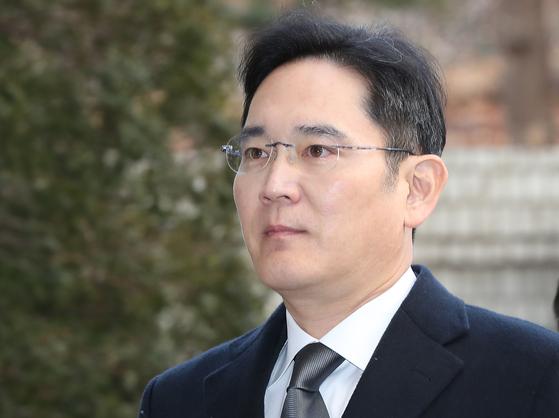 이재용 삼성전자 부회장이 국정농단 사건 재판에 출석하기 위해 법정으로 향하고 있다. [연합뉴스]