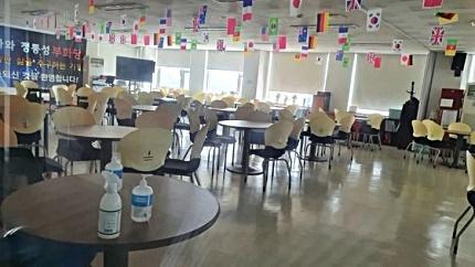 서울 관악구에 있는 건강용품 판매 회사인 '리치웨이'에서 집단감염이 발생했다. 4일 찾아간 이 회사 노인홍보관엔 원형 테이블과 의자가 빼곡하게 들어서 있었다. 편광현 기자