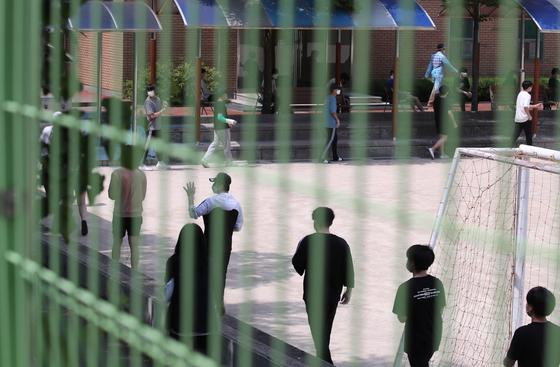 8일 서울 중랑구 원묵고등학교 운동장에 마련된 선별진료소에서 이 학교 학생들이 신종 코로나 바이러스 감염증(코로나19) 검사를 받기 위해 차례를 기다리고 있다.   연합뉴스