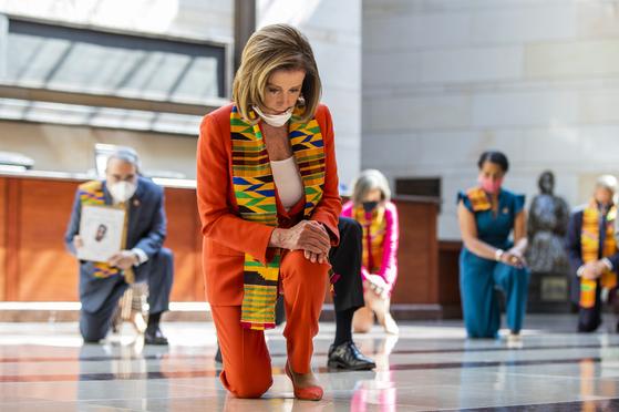 낸시 펠로시 미국 하원의장이 8일 의사당에서 8분 46초간 한쪽 무릎을 꿇고 조지 플로이드를 추모했다. 펠로시 의장과 민주당 지도부는 이날 경찰 직권 남용과 인종 차별을 막는 내용의 경찰 개혁 법안을 발표했다.[AP=연합뉴스]