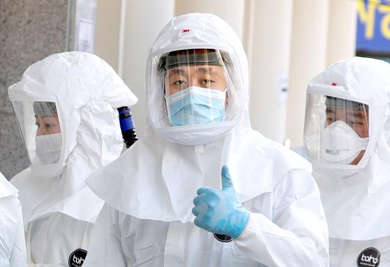 신종 코로나 감염증(코로나19)과의 싸움 최전선에 있는 계명대 대구동산병원에서 8일 의료진이 방호복을 입고 병원으로 들어서고 있다. [로이터]