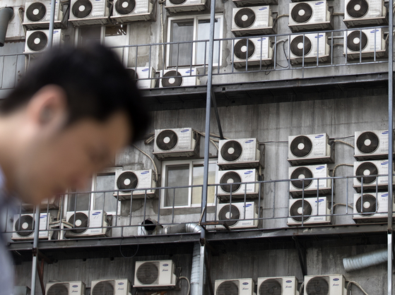 서울 중구의 한 건물에 에어컨 실외기가 걸려있다. [연합뉴스]