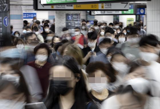 신종 코로나바이러스 감염증 소규모 집단감염이 계속되는 9일 오전 서울 신도림역에서 시민들이 마스크를 착용한 채 걷고 있다. 연합뉴스