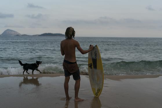 기사와 관련 없는 사진. 브라질 해변에 서 있는 남성. 연합뉴스