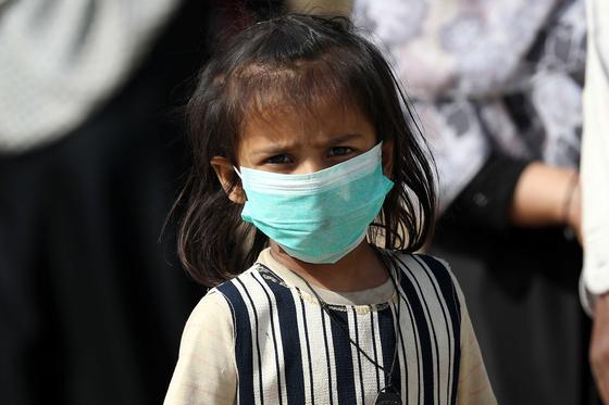 파키스탄의 카라치에서 한 어린이가 마스크를 착용하고 있다. 최근 유럽과 미국을 중심으로 온 몸에서 염증 반응을 보이는 소아 다기관 염증 증후군 환자가 속속 보고되고 있다. EPA=연합뉴스