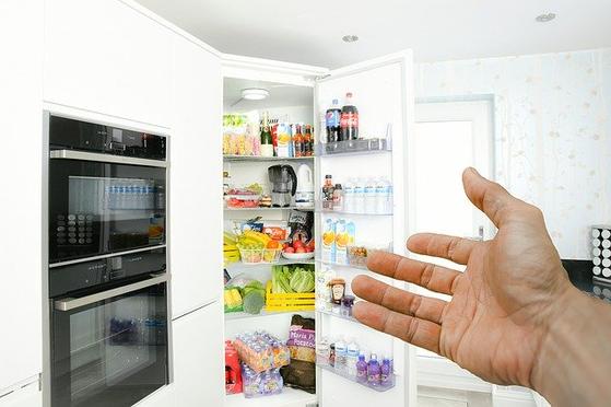 냉장고 속에는 세상 각지에서 온 식품이 담겨있다. 식탁을 보아도 온 세계이고, 지구 한 곳만 아파도 전 세계가 고통받는 세상이다. 세계는 촘촘히 연결되고 더욱 좁아졌다는 걸 체감하고 있다. [사진 pixabay]