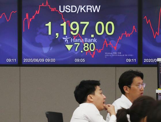 원 달러 환율이 큰 폭으로 하락 출발한 9일 오전 서울 중구 하나은행 딜링룸 전광판에 환율이 표시되고 있다. 연합뉴스