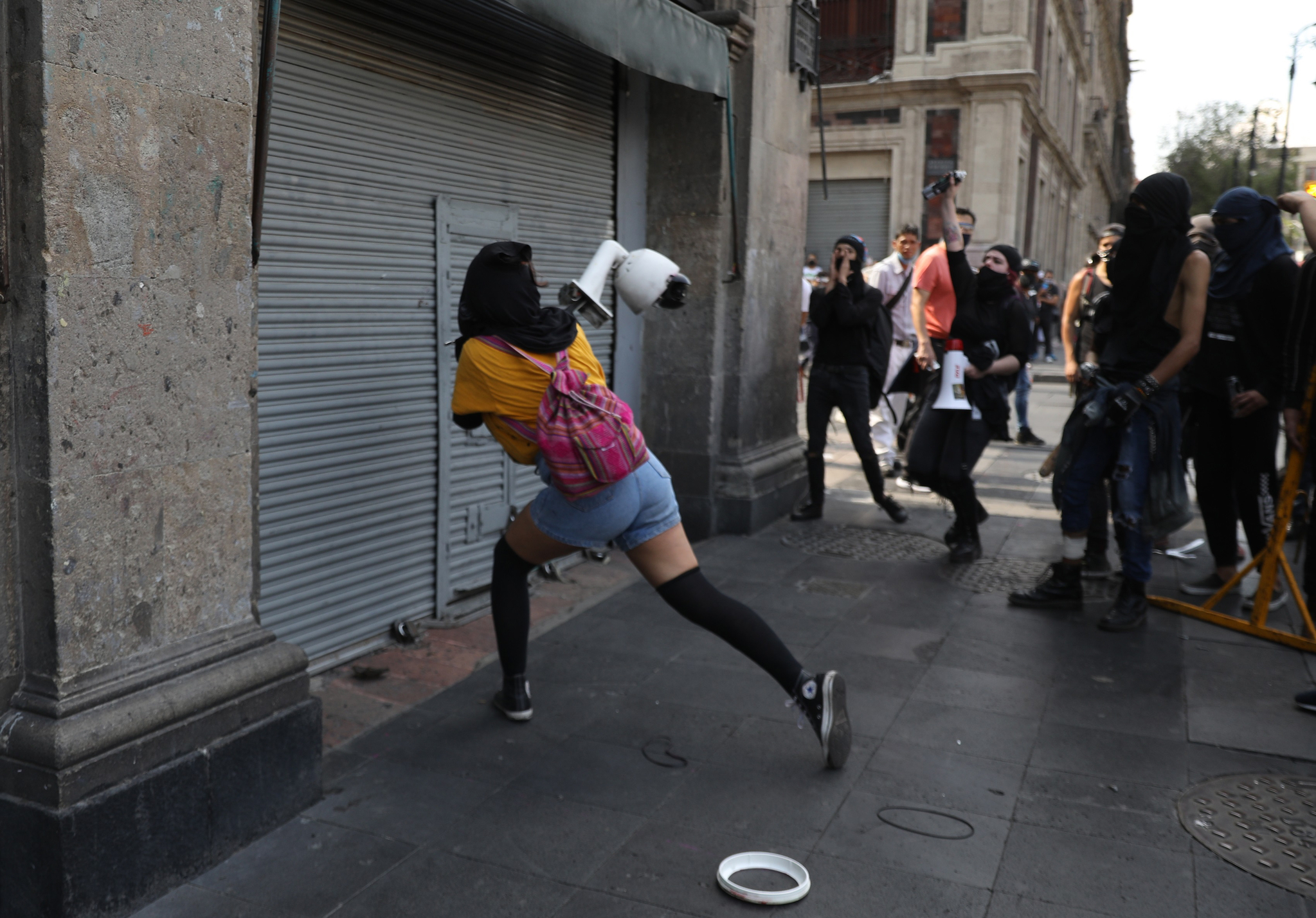 백인 경찰의 과잉진압으로 사망한 조지 플로이드처럼 경찰의 과잉진압에 숨진 지오반니 로페스의 죽음에 대해 항의하는 시위가 멕시코에서 격화되고 있다. 8일(현지시간) 멕시코시티에서 한 시위대가 거리에 설치됐던 CCTV 카메라를 뽑아내 인근 상가에 던지고 있다. EPA=연합뉴스