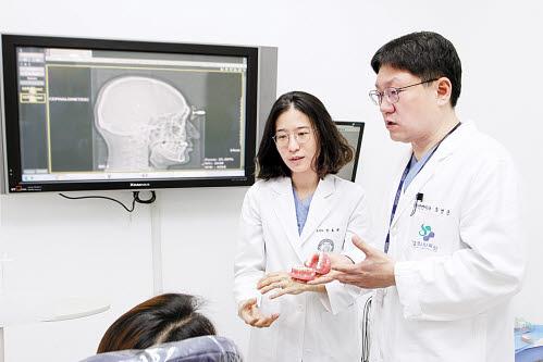 경희대치과병원 안효원 교수(왼쪽)와 최병준 교수가 교정치료 계획을 설명하고 있다.