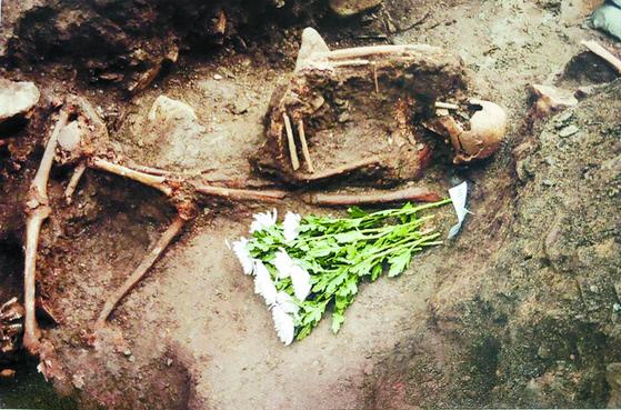 한국전쟁 당시 민간인 학살 유해발굴 현장 [국민보도연맹사건 희생자유해발굴조사보고서에서 캡처]
