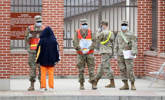 경기도 평택 캠프 험프리스에서 미군 장병들이 마스크를 쓴 채 출입을 통제하고 있다. 뉴스1