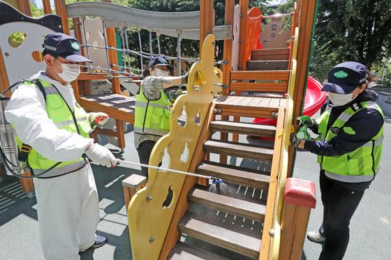 지난 1일 오전 경기도 군포시 산본동 노루목어린이공원에서 산본1동 경기행복마을관리소 방역단이 신종 코로나바이러스 감염증(코로나19) 확산 방지를 위한 방역 활동을 하고 있다. 뉴스1