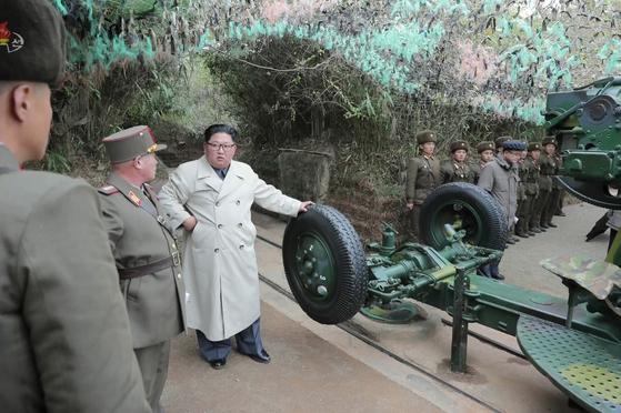 김정은 북한 국무위원장이 서부전선의 창린도 방어부대를 시찰했다고 조선중앙TV가 지난해 11월 25일 보도했다. 당시 김정은 위원장의 지시로 해안포가 발사됐다. 창린도는 9ㆍ19 군사합의에 따라 포사격이 금지된 완충구역 안에 있다. 북한의 창린도 포사격 훈련은 9ㆍ19 군사합의의 첫 위반사례였다. [연합뉴스]