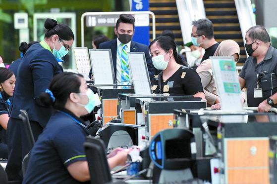 싱가포르가 코로나19 이후 폐쇄했던 국경을 다시 개방하기로 했다. 8일(현지시간) 싱가포르 창이 국제공항에서 승객들이 탑승을 위해 체크인을 하고 있다. [AFP=연합뉴스]
