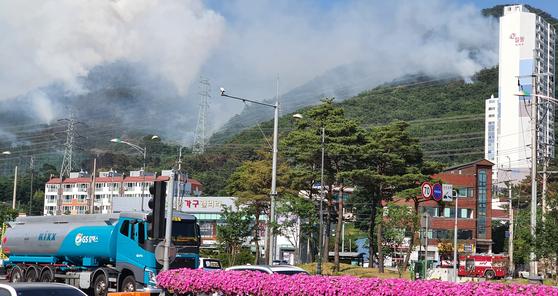 9일 오전 11시 47분께 경남 양산시 금정산 능선 300m 지점에서 발생한 산불로 연기가 치솟고 있다. 연합뉴스