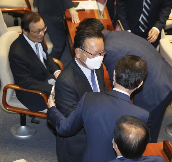 김부겸 의원이 지난 4월 20일 오후 국회 본회의장에서 이인영 의원(오른쪽)과 인사하고 있다. 임현동 기자