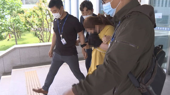 의붓아들을 여행가방에 감금해 숨지게 한 계모가 지난 3일 오후 영장실짐심사를 받기 위해 천안동남경찰서를 나서고 있다. JTBC 이우재 기자