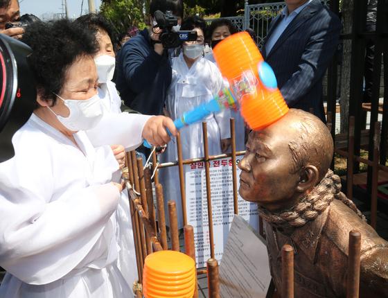 지난 4월 27일 광주지법 앞에서 희생자 가족들이 매질 퍼포먼스를 하고 있다. 프리랜서 장정필
