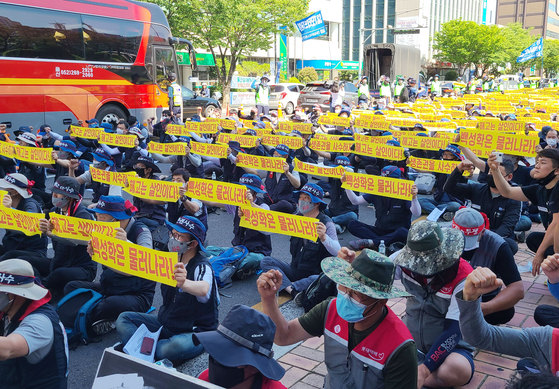 10일 자일대우상용차 노동자들이 울산시청 앞에서 사측의 '울산공장 폐쇄' 방침을 철회하라며 집회를 열고 있다. 연합뉴스