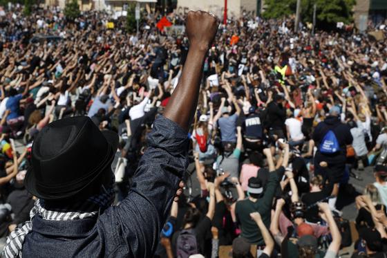 지난달 30일 조지 플로이드의 죽음에 항의하는 시민들의 모습 [AP=연합뉴스]