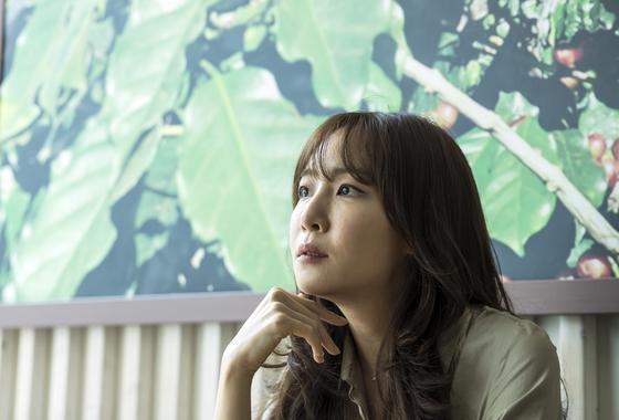 에세이집 『나를 숨쉬게 하는 보통의 언어들』 출간한 작사가 김이나씨. 김성룡 기자