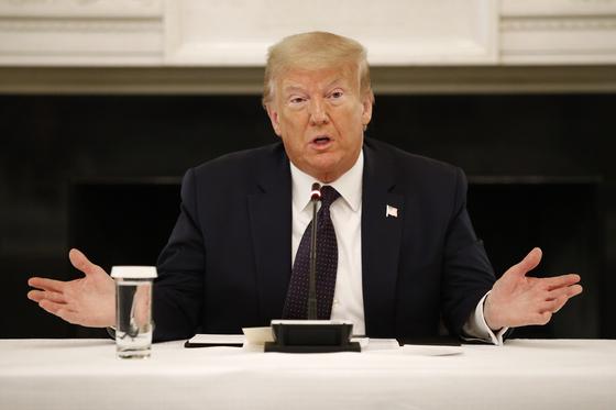 도널드 트럼프 미국 대통령이 트위터에 미확인 정보를 올려 '음모론' 제기 논란에 휩싸였다. [AP=연합뉴스]