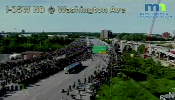 〈YONHAP PHOTO-1972〉 A truck drives on a closed highway towards a crowd of marchers, protesting against the death in Minneapolis police custody of George Floyd, before coming to a halt on Interstate 35W in a still image from traffic video Minneapolis, Minnesota, U.S. May 31, 2020. Minnesota Department of Transportation/Handout via REUTERS. THIS IMAGE HAS BEEN SUPPLIED BY A THIRD PARTY./2020-06-01 08:53:06/〈저작권자 ⓒ 1980-2020 ㈜연합뉴스. 무단 전재 재배포 금지.〉