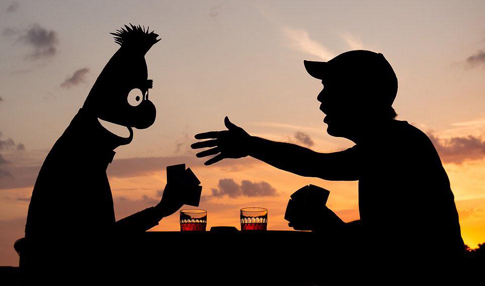 존 마샬의 작품. 머핏 인형과 카드놀이를 하는 장면을 노을을 배경으로 촬영했다. [사진 인스타그램]