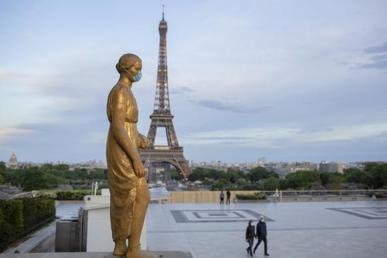 마스크를 쓰고 있는 프랑스 에펠탑 인근 동상. AP=연합뉴스