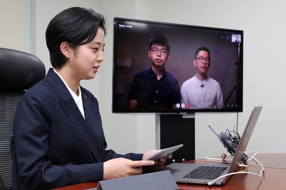 류호정 정의당 의원이 10일 서울 여의도 국회 의원회관에서 화상으로 회담을 하고 있다 [뉴스1]