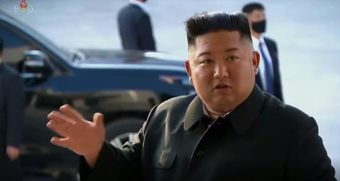 지난달 2일 오후 3시10분 북한 조선중앙TV가 김정은 국무위원장의 순천린(인)비료공장 준공식 시찰 영상을 15분간 방송했다. 김 위원장은 당당한 걸음걸이로 행사장에 들어서며 건재를 과시했다. 조선중앙TV =뉴스1