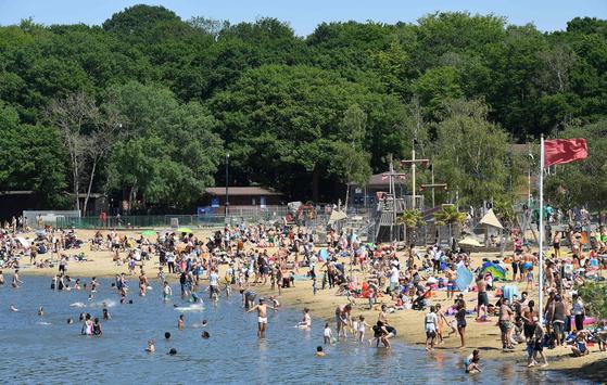 봉쇄 조치가 완화된 영국 런던에서 지난달 31일 사람들이 물놀이를 즐기고 있다. [AFP=연합뉴스]
