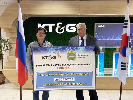 KT&G가 러시아 깔루가주 정부와 터키 보건부에 총 1억원 상당의 코로나19 진단키트를 지원했다. 사진은 포템킨 깔루가주 수석 부지사(오른쪽)와 김영훈 KT&G 러시아 법인장(왼쪽)이 참석한 가운데 열린 전달식 장면. 사진 KT&G